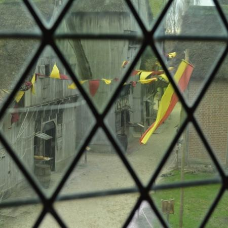 Archeon door een glas in lood raam