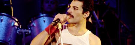 Queen :   Freddie Mercury zingt,   SAVE ME  (Live in Montreal)