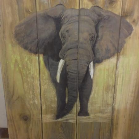 olifant op schutting hout